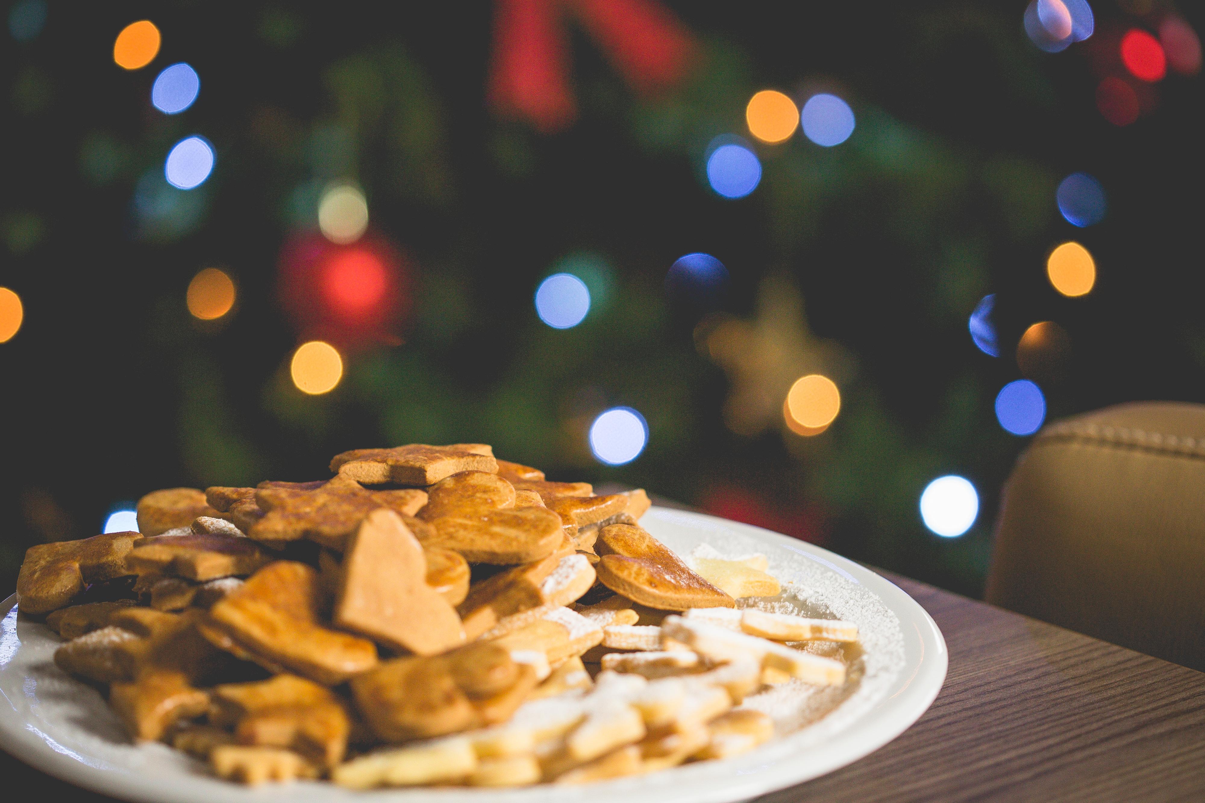 christmas-sweets-with-christmas-tree-picjumbo-com